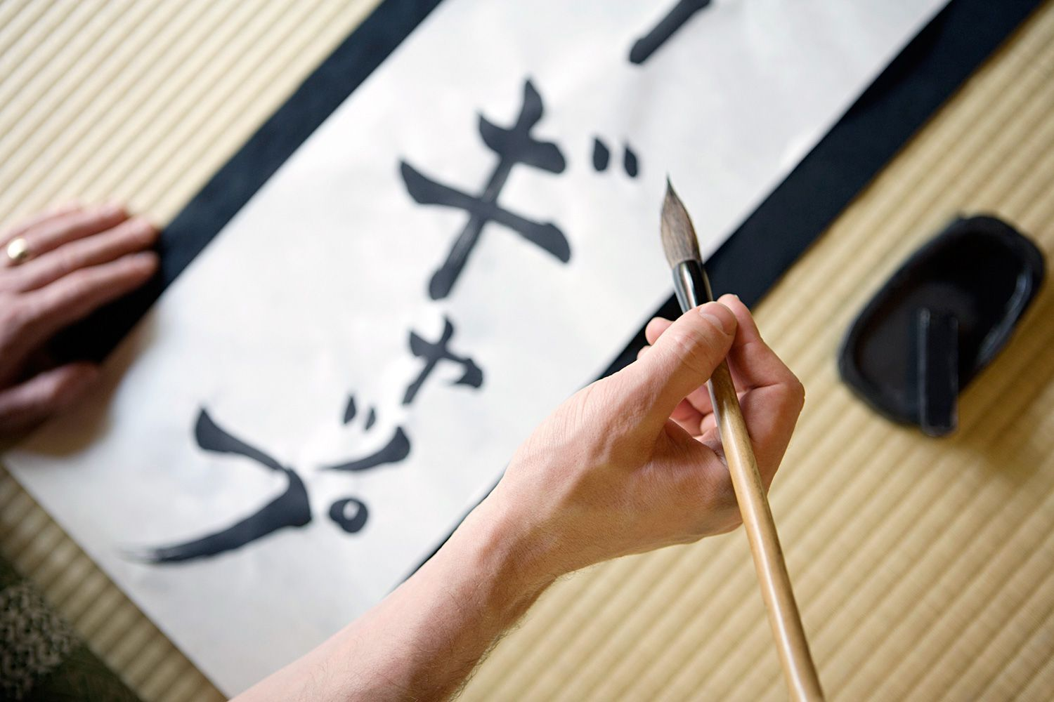 japanese writing language Later, the educated japanese used it to write the chinese language the earliest known examples of japanese writing, dating back to the 5 th and 6 th centuries ad, are proper names inscribed with chinese characters on a mirror and a sword.